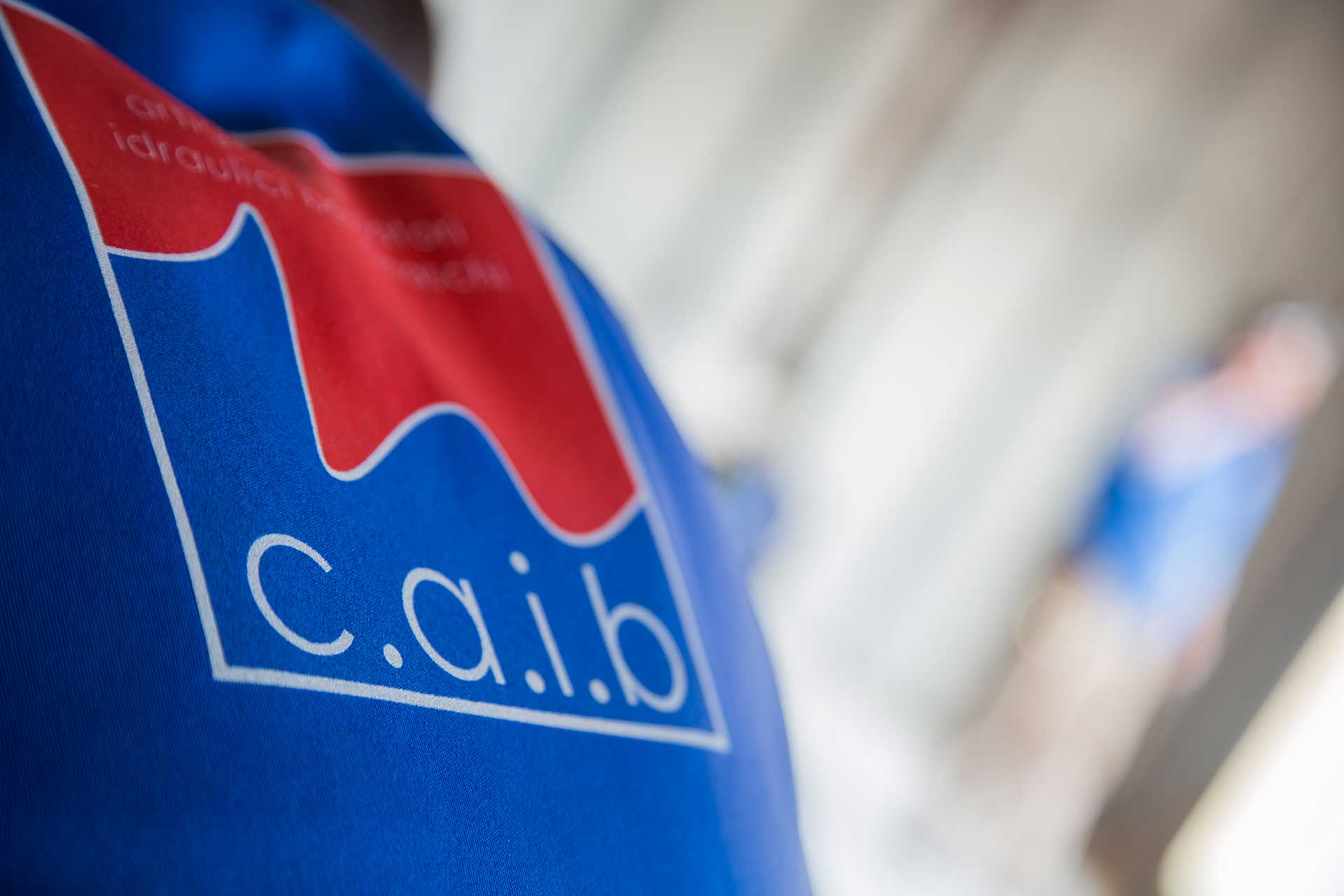 idraulico con logo consorzio CAIb bergamo sulla giacca