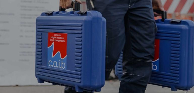 idraulico del consorzio caib bergamo con la strumentazione che va in cantiere