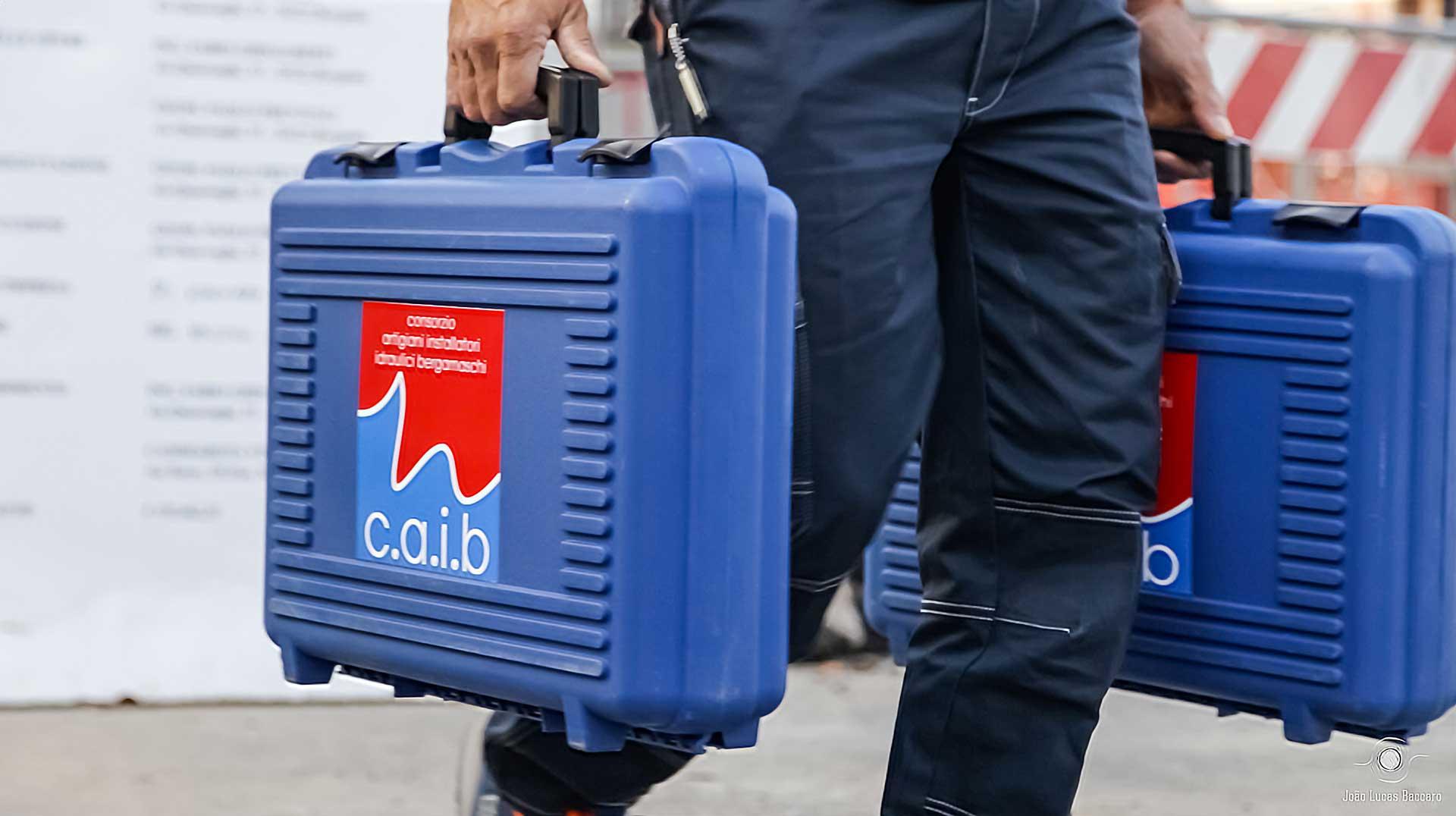 idraulico del consorzio CAIB con due valigette degli attrezzi